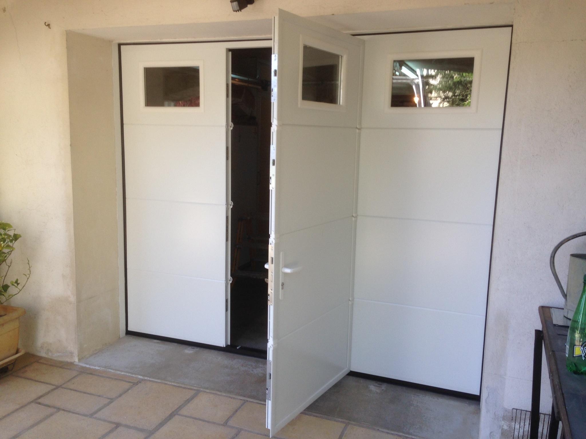 porte de garage sectionnelle avec portillon et hublot automobile garage si ge auto. Black Bedroom Furniture Sets. Home Design Ideas