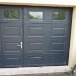 Porte de garage en aluminium avec portillon
